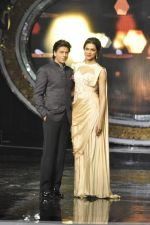 Shahrukh Khan and Deepika Padukone on the sets of Indian Idol Junior in Filmcity, Mumbai on 28th July 2013 (73).JPG