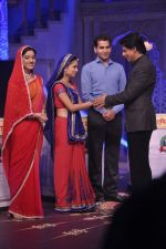 Shahrukh Khan on the sets of Diya aur Baati in Filmcity, Mumbai on 28th July 2013 (21).JPG
