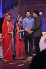 Shahrukh Khan on the sets of Diya aur Baati in Filmcity, Mumbai on 28th July 2013 (23).JPG
