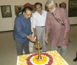 Dinesh Hingoo inaugurated the painting exhibition Artist Aku Jha on 30th July 2013 (2).jpg