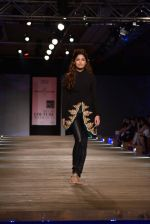 Model walk the ramp for Monisha Jaising showcases on day 2 at PCJ Delhi Couture Week on 1st Aug 2013 (5).JPG