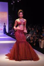 Mughda Godse walks for Apala by Sumit for IIJW 2013 in  Mumbai on 4th Aug 2013 (15).JPG