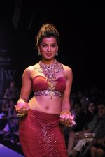 Mughda Godse walks for Apala by Sumit for IIJW 2013 in  Mumbai on 4th Aug 2013 (18).JPG