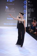 Shobita Dhulipalia walks the ramp for International Gemological Institute on Day 3 of IIJW 2013 on 6th Aug 2013 (44).JPG