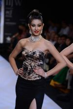 Navneet Kaur Dhillon walks the ramp for International Gemological Institute on Day 3 of IIJW 2013 on 6th Aug 2013 (55).JPG