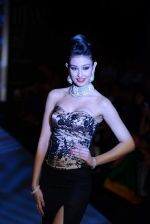 Navneet Kaur Dhillon walks the ramp for International Gemological Institute on Day 3 of IIJW 2013 on 6th Aug 2013 (58).JPG