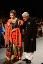 Shabana Azmi, Javed Akhtar walk the ramp for Golecha Jewels on Day 3 of IIJW 2013 on 6th Aug 2013 (71).JPG