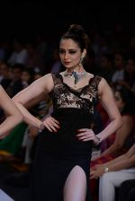 Zoya Afroz walks the ramp for International Gemological Institute on Day 3 of IIJW 2013 on 6th Aug 2013 (56).JPG
