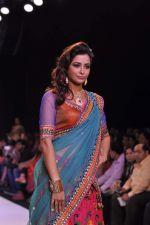Madhura Naik walk the ramp for Prisha Jewels on Day 4 of IIJW 2013 on 7th Aug 2013 (2).JPG