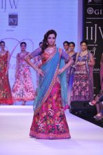 Madhura Naik walk the ramp for Prisha Jewels on Day 4 of IIJW 2013 on 7th Aug 2013 (7).JPG