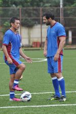 John Abraham, Baichung Bhutia at Reliance Soccer Match in Mumbai on 13thth Aug 2013 (33).JPG