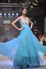 Model walk the ramp for Mumtaz Khan at the Signature Premier Pune Style Week 2013 on 19th Aug 2013 (23).JPG