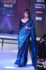 Model walk the ramp for Nitya Singh at the Signature Premier Pune Style Week 2013 on 19th Aug 2013 (14).JPG