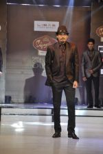 Model walk the ramp for Riyaz Gangji at the Signature Premier Pune Style Week 2013 on 19th Aug 2013 (2).JPG