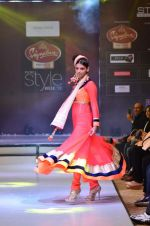 Model walk the ramp for Seema Singh at the Signature Premier Pune Style Week 2013 on 19th Aug 2013 (10).JPG