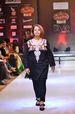 Model walk the ramp for Women_s Achievers Award at the Signature Premier Pune Style Week 2013 on 19th Aug 2013 (2).JPG