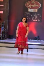 Model walk the ramp for Women_s Achievers Award at the Signature Premier Pune Style Week 2013 on 19th Aug 2013 (4).JPG