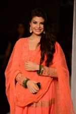 Jacqueline Fernandez walk the ramp for Manish Malhotra_s show at LFW 2013 in Grand Haytt, Mumbai on 22nd Aug 2013 (28).JPG