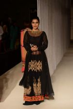 Kajol walk the ramp for Manish Malhotra_s show at LFW 2013 in Grand Haytt, Mumbai on 22nd Aug 2013 (68).JPG