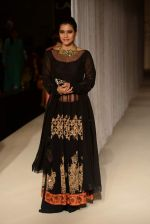 Kajol walk the ramp for Manish Malhotra_s show at LFW 2013 in Grand Haytt, Mumbai on 22nd Aug 2013 (69).JPG