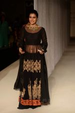 Kajol walk the ramp for Manish Malhotra_s show at LFW 2013 in Grand Haytt, Mumbai on 22nd Aug 2013 (70).JPG