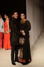 Kajol walk the ramp for Manish Malhotra_s show at LFW 2013 in Grand Haytt, Mumbai on 22nd Aug 2013 (76).JPG