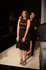 Lara Dutta walk the ramp for Manish Malhotra_s show at LFW 2013 in Grand Haytt, Mumbai on 22nd Aug 2013 (50).JPG