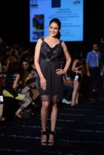 Genelia Deshmukh walk the ramp for Amit Aggarwal show at LFW 2013 Day 3 in Grand Haytt, Mumbai on 25th Aug 2013 (18).JPG
