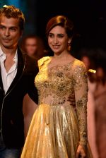 Karisma Kapoor walk the ramp for Vikram Phadnis show at LFW 2013 Day 3 in Grand Haytt, Mumbai on 25th Aug 2013 (1).JPG