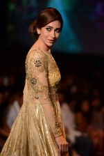 Karisma Kapoor walk the ramp for Vikram Phadnis show at LFW 2013 Day 3 in Grand Haytt, Mumbai on 25th Aug 2013 (12).JPG