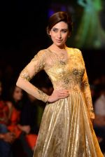 Karisma Kapoor walk the ramp for Vikram Phadnis show at LFW 2013 Day 3 in Grand Haytt, Mumbai on 25th Aug 2013 (6).JPG