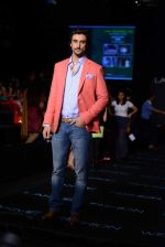 Kunal Kapoor walk the ramp for Vikram Phadnis show at LFW 2013 Day 3 in Grand Haytt, Mumbai on 25th Aug 2013 (19).JPG