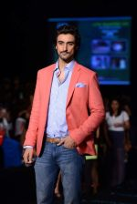 Kunal Kapoor walk the ramp for Vikram Phadnis show at LFW 2013 Day 3 in Grand Haytt, Mumbai on 25th Aug 2013 (20).JPG