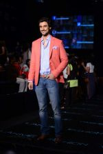 Kunal Kapoor walk the ramp for Vikram Phadnis show at LFW 2013 Day 3 in Grand Haytt, Mumbai on 25th Aug 2013 (22).JPG