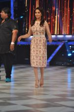 Madhuri Dixit on the sets of Jhalak 6 in Mumbai on 27th Aug 2013,1 (61).JPG