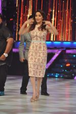 Madhuri Dixit on the sets of Jhalak 6 in Mumbai on 27th Aug 2013,1 (70).JPG
