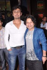 Kailash Kher, Sonu Nigam at Baat Bann Gayi music launch in Hard Rock, Mumbai on 19th Sept 2013 (66).JPG