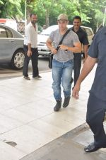 Aamir Khan snapped in Domestic Airport, Mumbai on 25th Sept 2013 (6).JPG