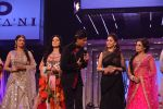 Sridevi, Juhi Chawla, Shahrukh Khan, Madhuri Dixit, Rani Mukerji at the launch of Diva_ni in Mumbai on 27th Sept 2013 (70).JPG