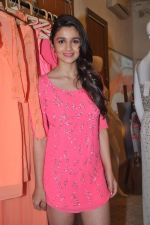 Alia Bhatt at Natasha Dalal_s store in Kemps Corner, Mumbai on 5th Oct 2013 (33).JPG