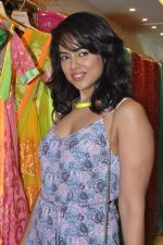 Sameera Reddy at Neeta Lulla_s Bridal collection in Mumbai on 5th Oct 2013 (171).JPG