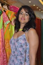 Sameera Reddy at Neeta Lulla_s Bridal collection in Mumbai on 5th Oct 2013 (173).JPG