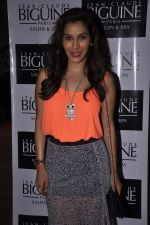 Sophie Chaudhary at Jeane Claude Biguine garage sale for charity in Bandra, Mumbai on 6th Oct 2013 (84).JPG