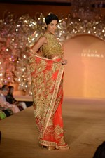 at Abu Jani_s The Golden Peacock show for Sahachari Foundation in Mumbai on 7th Oct 2013 (135).JPG