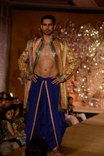 at Abu Jani_s The Golden Peacock show for Sahachari Foundation in Mumbai on 7th Oct 2013 (143).JPG