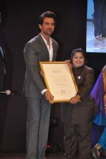 Hrithik Roshan at Dr Batra_s Positive awards in NCPA, Mumbai on 8th Oct 2013 (88).JPG