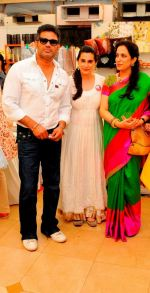 Suniel & Mana Shetty with Rashmi Thackeray at Araish in Mumbai on 8th Oct 2013.JPG