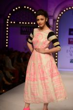 Alia Bhatt walk the ramp for Masaba Gupta_s show at the Day 1 on WIFW 2014 on 9th Oct 2013 (22).JPG