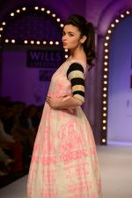 Alia Bhatt walk the ramp for Masaba Gupta_s show at the Day 1 on WIFW 2014 on 9th Oct 2013 (27).JPG