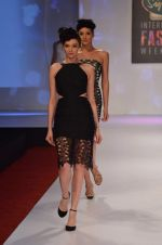 at Drashta Show on day 2 of Signature International fashion week in Mehboob, Mumbai on 16th Nov 2013 (72)_5288ff5696db9.JPG